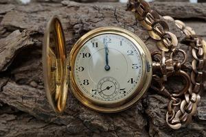 Big_antique-old-clock-golden